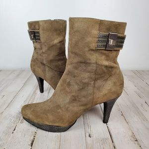 Bandalino Taupe Suede stacked ankle boot 8.5 GUC